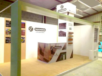 Fabrication d'un stand en bois - Guyonnet Publicité Vendée - Ligne graphique Kafécom